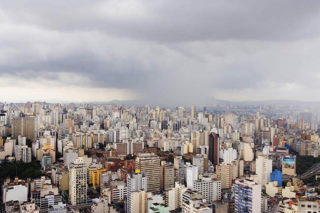 Chuveiro da chuva que aproxima a baixa de Sao Paulo, Brasil — Fotografia de Stock