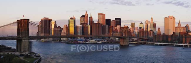 Lower Manhattan skyline e Brooklyn Bridge ao amanhecer, Nova York, EUA — Fotografia de Stock