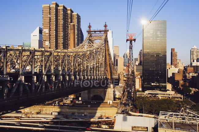 Williamsburg Bridge avec gratte-ciel à New York, États-Unis — Photo de stock