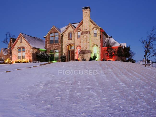 Cour couverte de neige et maison en pierre à McKinney, Texas, États-Unis — Photo de stock