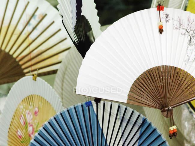 Восточные вентиляторы в бумажном магазине, полный каркас — стоковое фото