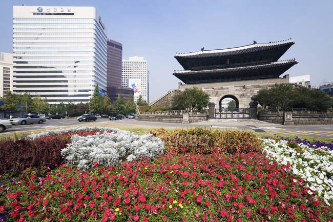 Namdaemun Gate with flowers in park of Seoul, South Korea — стоковое фото
