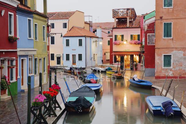 Barcos em Burano canal durante chuva na Itália, Europa — Fotografia de Stock