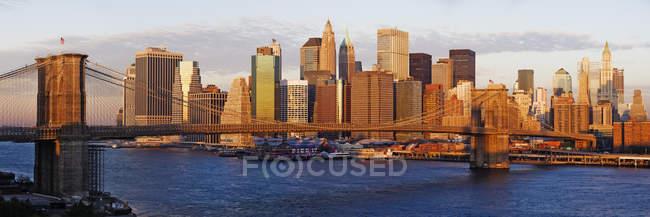 Lower Manhattan y Brooklyn Bridge en Nueva York, Estados Unidos - foto de stock