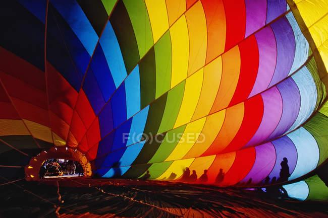 Роздування барвистий повітряній кулі, Альбукерке, Нью-Мексико, США — стокове фото