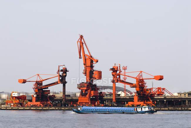 Gru industriali in porto sul fiume Huangpu, Shanghai, Cina — Foto stock
