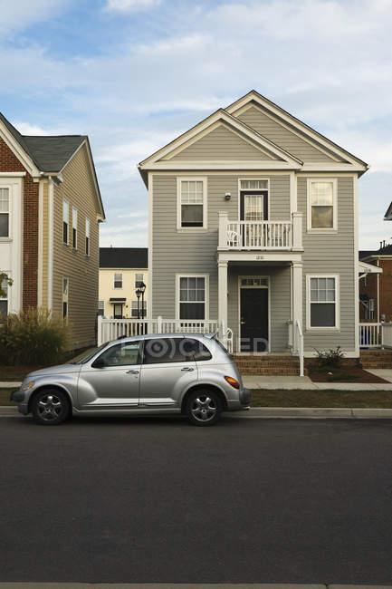 Нові будівництво будинків на вулиці з транспортним засобом, Норфолку, Вірджинія, США — стокове фото