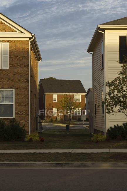Separación entre casas rurales, Norfolk, Virginia, EE.UU. - foto de stock
