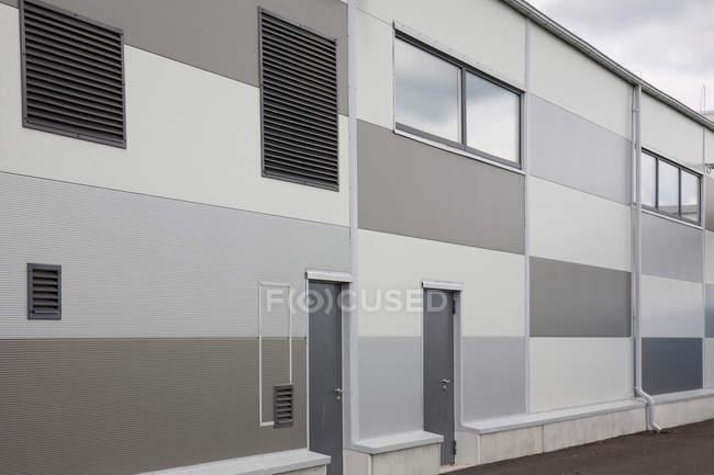 Сучасний завод з виробництва фасаду у сірому — стокове фото