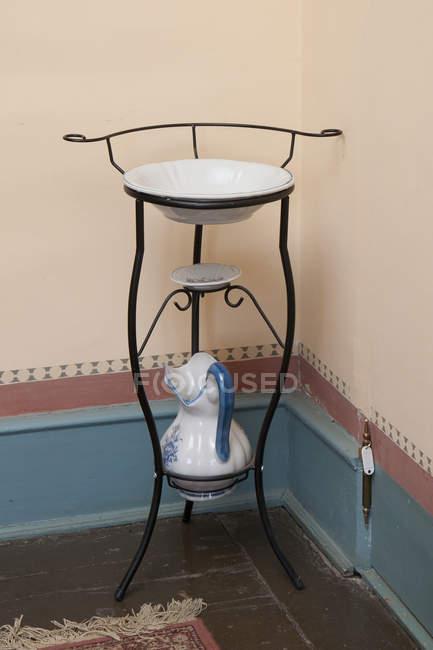 Lavabo classico in angolo stanza, maniero Palmse, Estonia — Foto stock