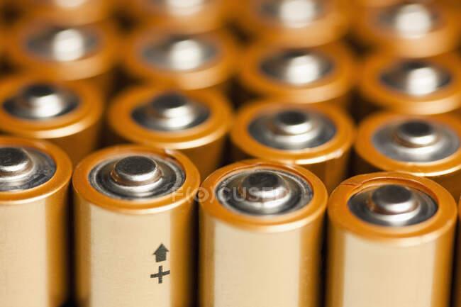 Cierre de los extremos positivos de las pilas, enfoque selectivo - foto de stock