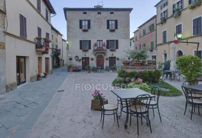 Medieval square with table and chairs in Pienza, Tuscany, Italy — Stock Photo
