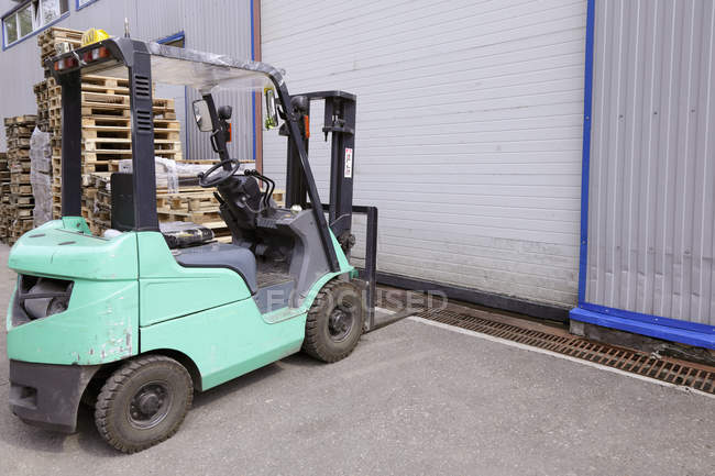 Electric forklift machinery working in warehouse — стоковое фото
