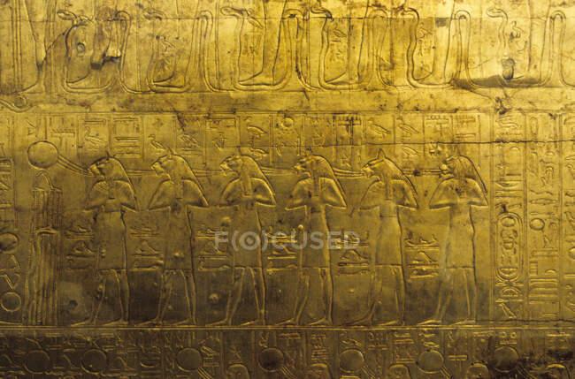 Sarcophagus Exterior con jeroglíficos, marco completo, cierre. - foto de stock
