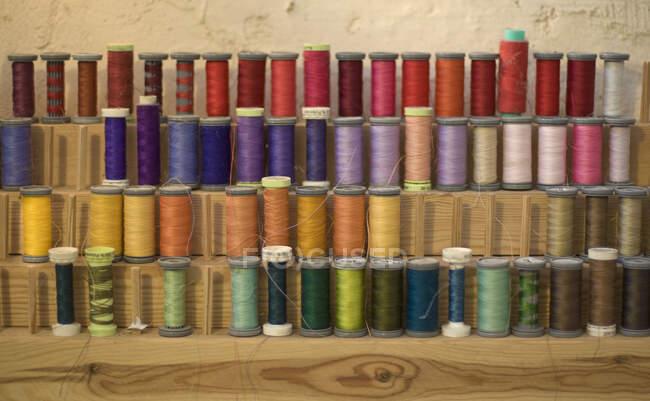 Кольорові швейні нитки на словах, зблизька — стокове фото
