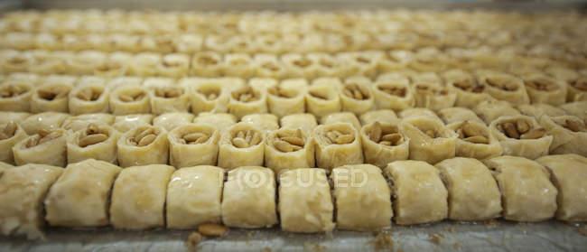Rows of baklava sweets in traditional bakery store, Nazareth, Israel — Fotografia de Stock