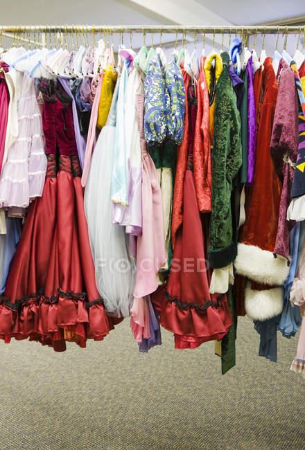 Costumi su uno scaffale, vista da vicino — Foto stock