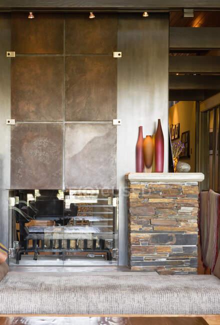 Камин в гостиной с современным интерьером — стоковое фото