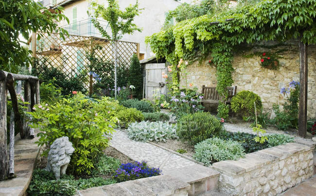 Beautiful garden with hard landscaping and walls — Stock Photo