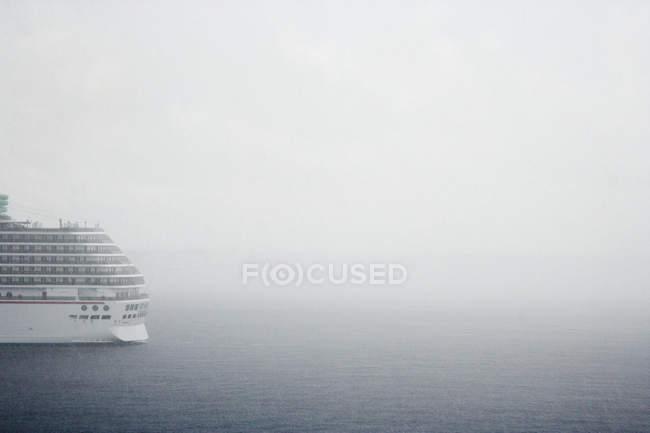 White luxury cruise ship in fog on ocean water — Photo de stock
