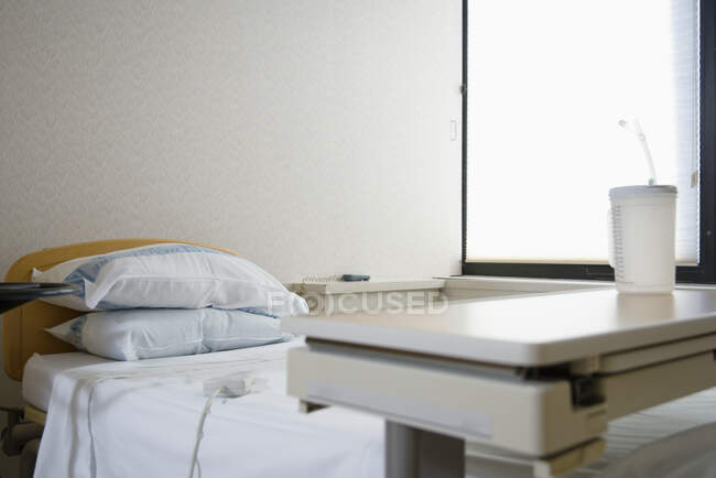 Лікарня з ліжком, подушками і вікном. — стокове фото