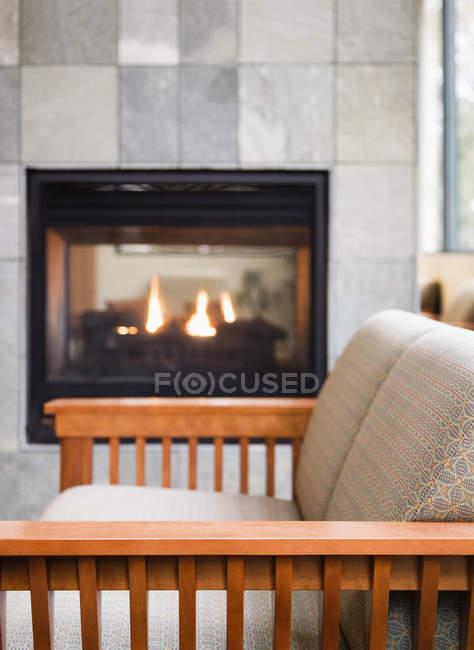 Sala de leitura com lareira acolhedora acesa — Fotografia de Stock