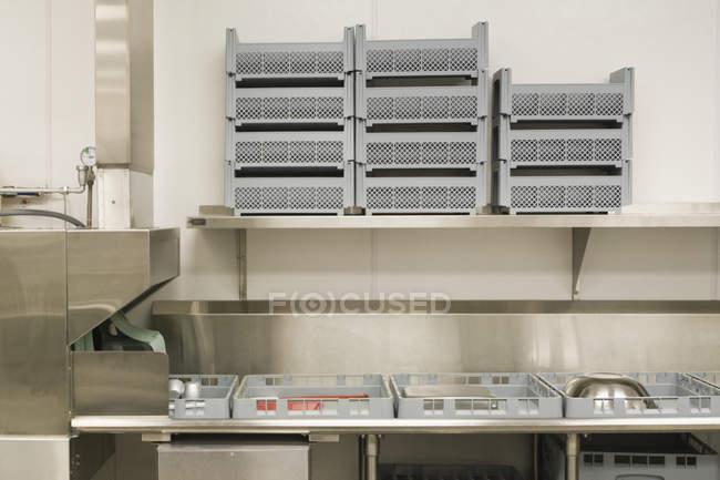 Zone de lavage de vaisselle dans la cuisine commerciale — Photo de stock