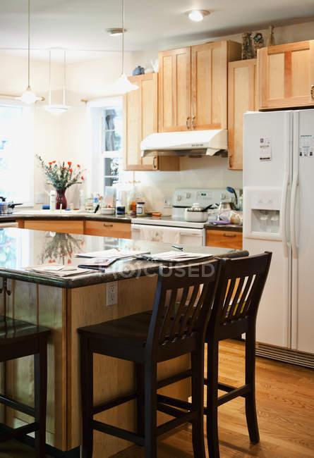 Порожня кухня в сучасній квартирі інтер'єр — стокове фото