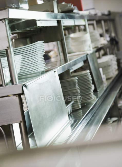 Plats propres prêts à l'emploi dans la cuisine commerciale — Photo de stock