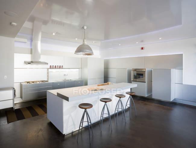 Современная кухня в роскошном жилом доме — стоковое фото