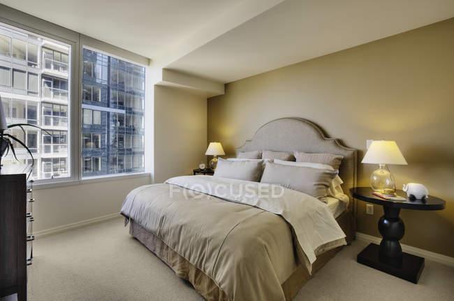 Спальня з підсвіткою нічні лампи з висопідйому квартири — стокове фото