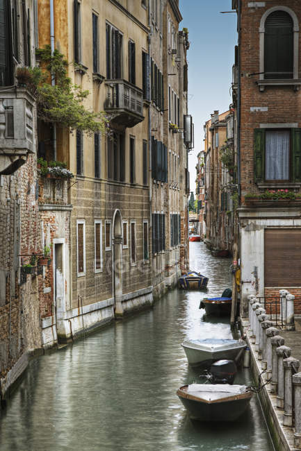 Houses and boats on water along canal, Venice, Italy — Stock Photo