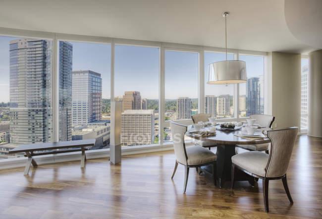 Столовая роскошной высотной квартиры — стоковое фото