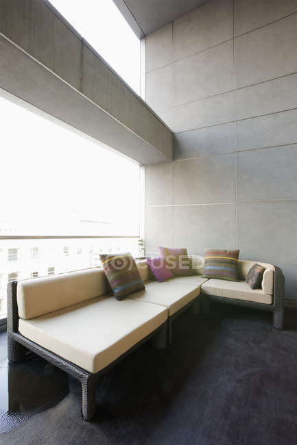 Sofa on luxury patio in modern apartment building — Fotografia de Stock