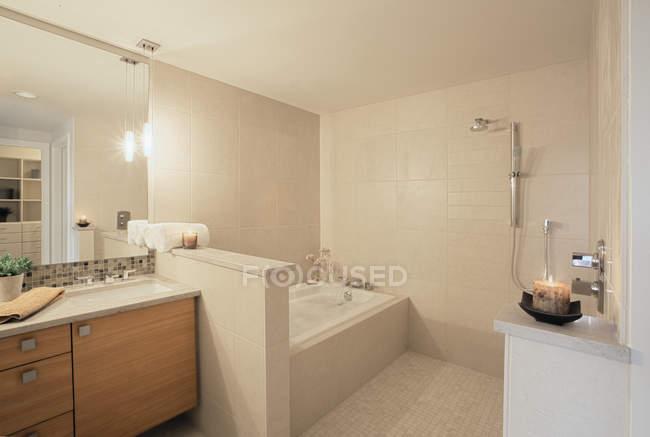 Luxury bathroom in modern apartment building — Stock Photo