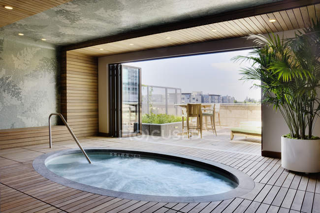 Bañera de hidromasaje de lujo en el moderno edificio de apartamentos - foto de stock