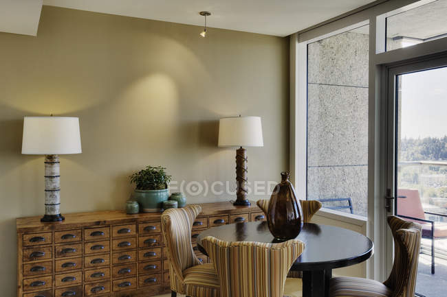 Dining area interior in modern apartment building — Photo de stock