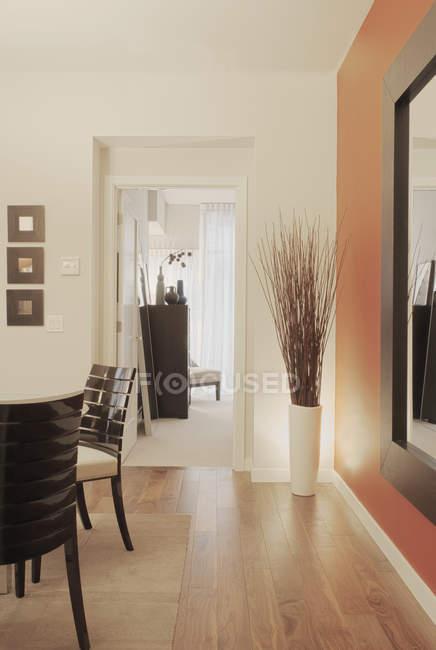 Espace de vie moderne dans un immeuble de luxe — Photo de stock