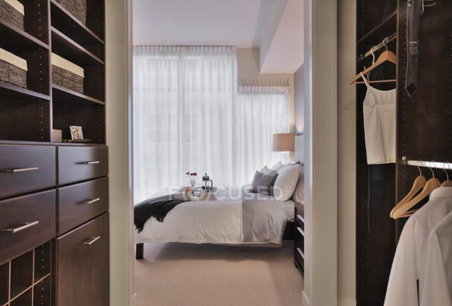 Walk-in closet in luxury master bedroom in modern apartment building — Foto stock