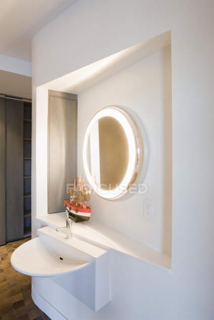 Роскошная ванная комната в современном многоквартирном доме — стоковое фото