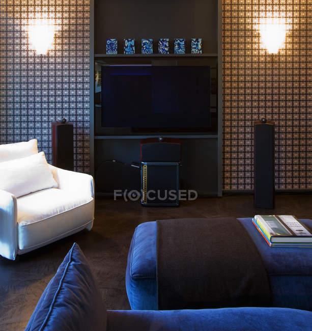 Flat screen TV on living room wall — Fotografia de Stock