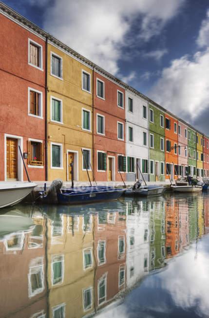 Casas coloridas y barcos en el agua en Venecia, Italia - foto de stock