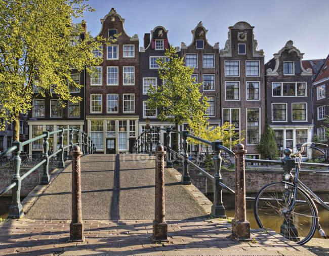 Pasarela peatonal sobre canal en Amsterdam, Países Bajos - foto de stock