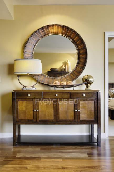 Wohnzimmerschrank mit Spiegel in Luxus-Hochhaus-Wohnung — Stockfoto