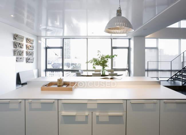Современная кухня в роскошной высотной квартире — стоковое фото
