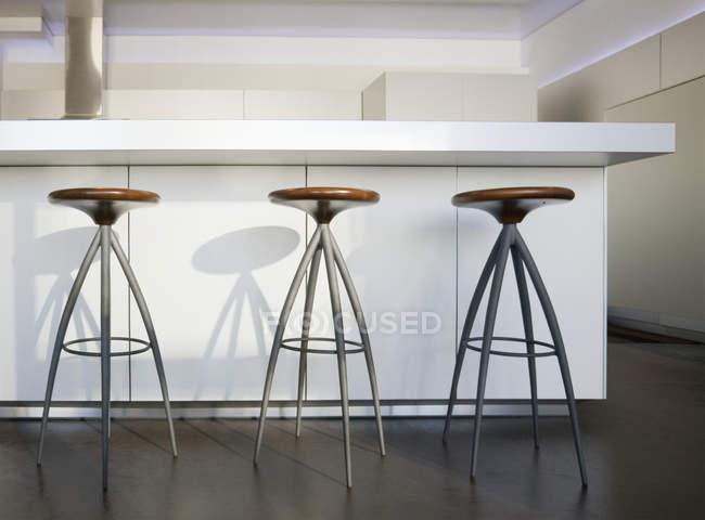 Тріо бартабурета в розкішних апартаментах highrise — стокове фото