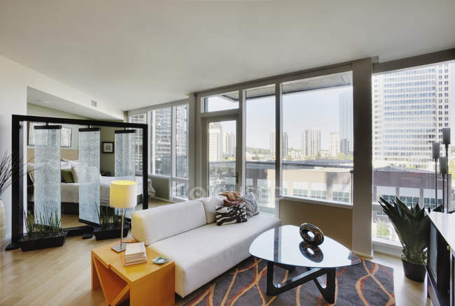 Living room in luxury highrise apartment — Fotografia de Stock