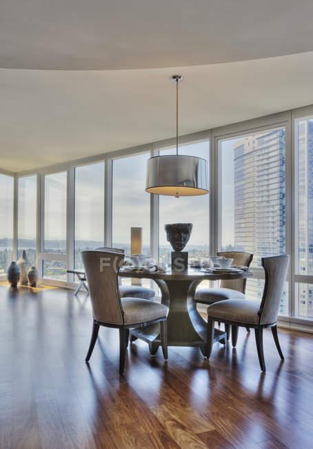 Esszimmer in Luxus-Hochhaus-Wohnung — Stockfoto