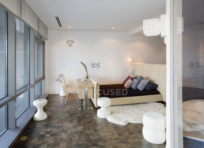 Современный интерьер спальни в современной квартире — стоковое фото