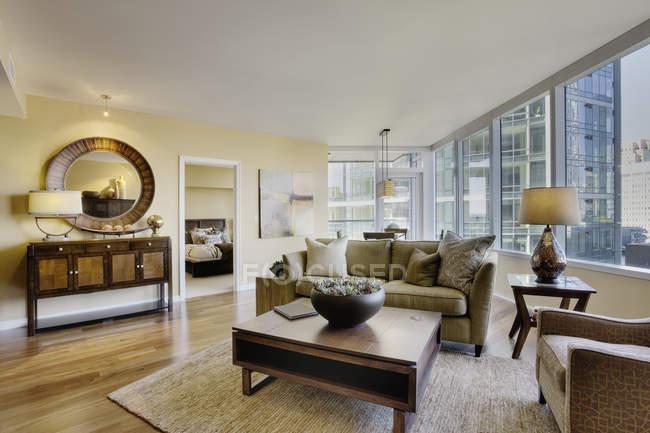 Sala de visitas no apartamento luxuoso do highrise — Fotografia de Stock